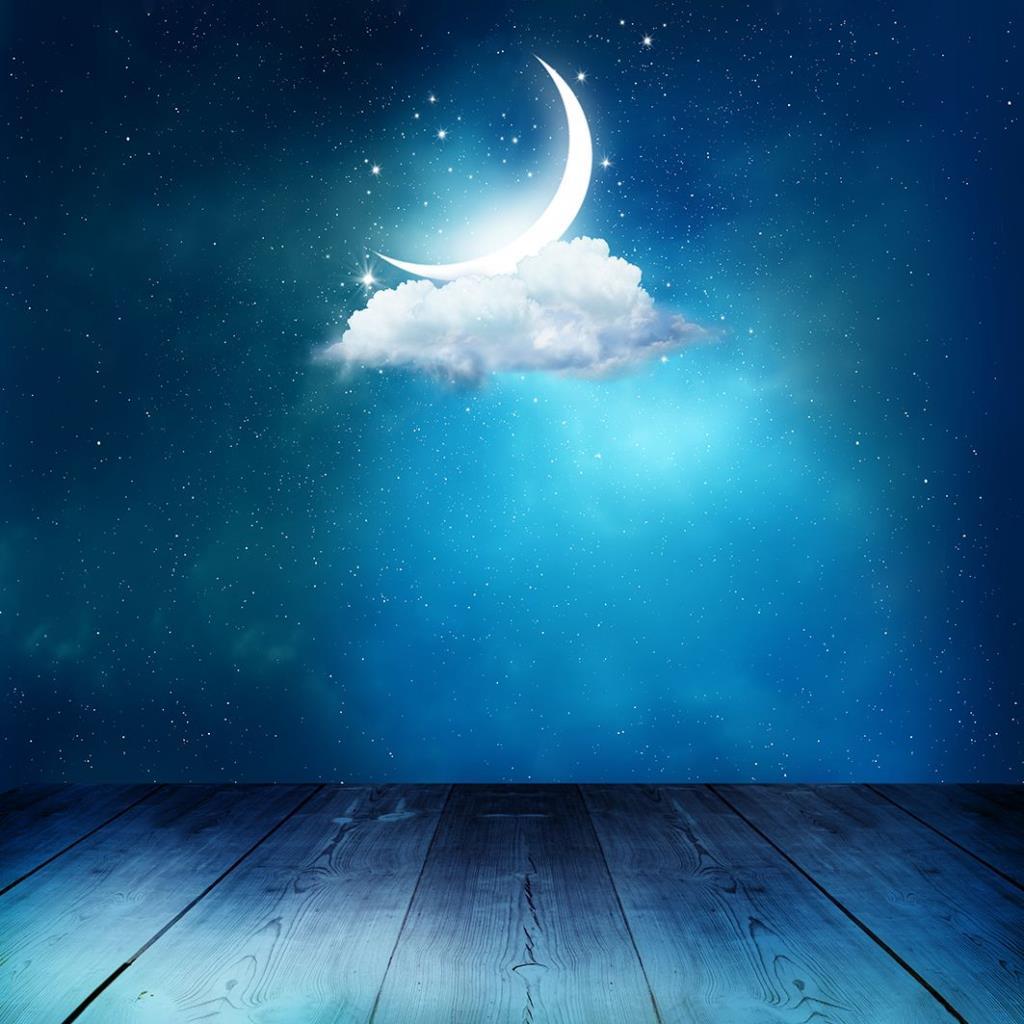 baskılı fon perde ahşap masa bulut ay desenli
