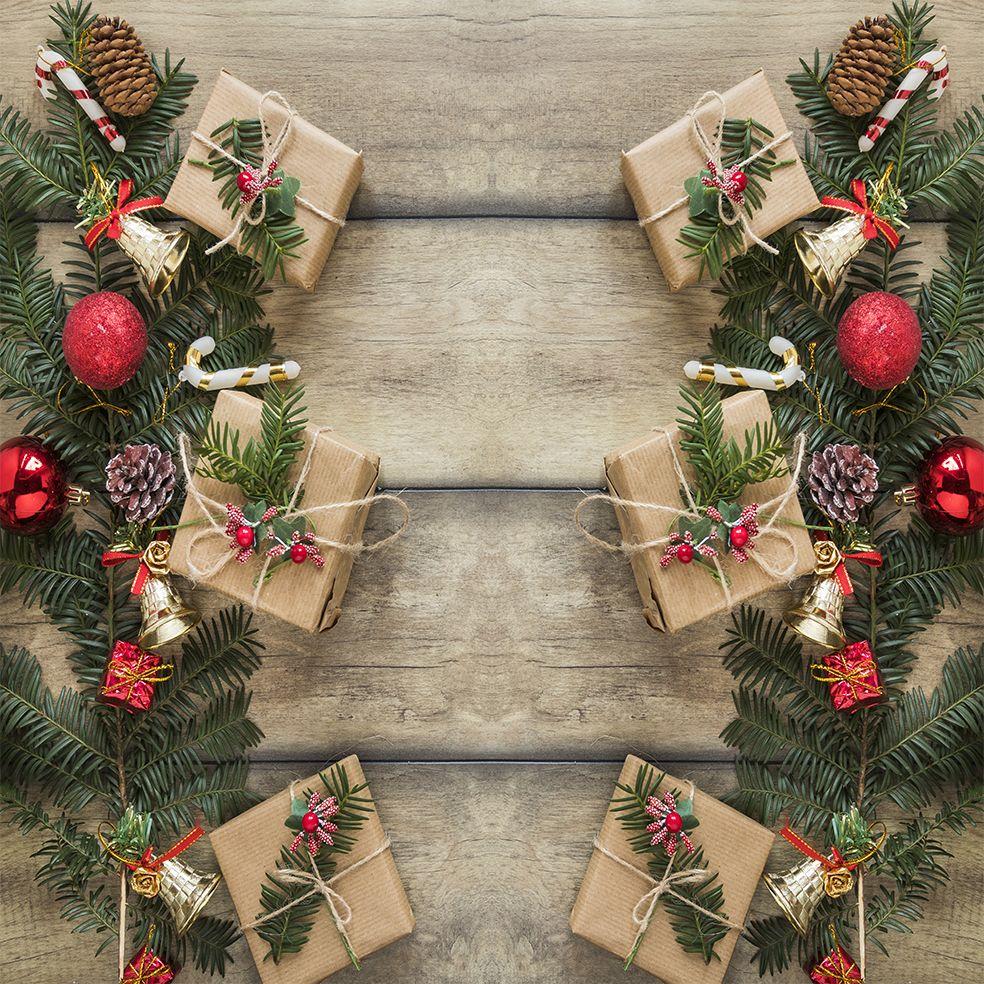 baskılı fon perde ahşap masa çam kozalakları ile noel hediye paketleri