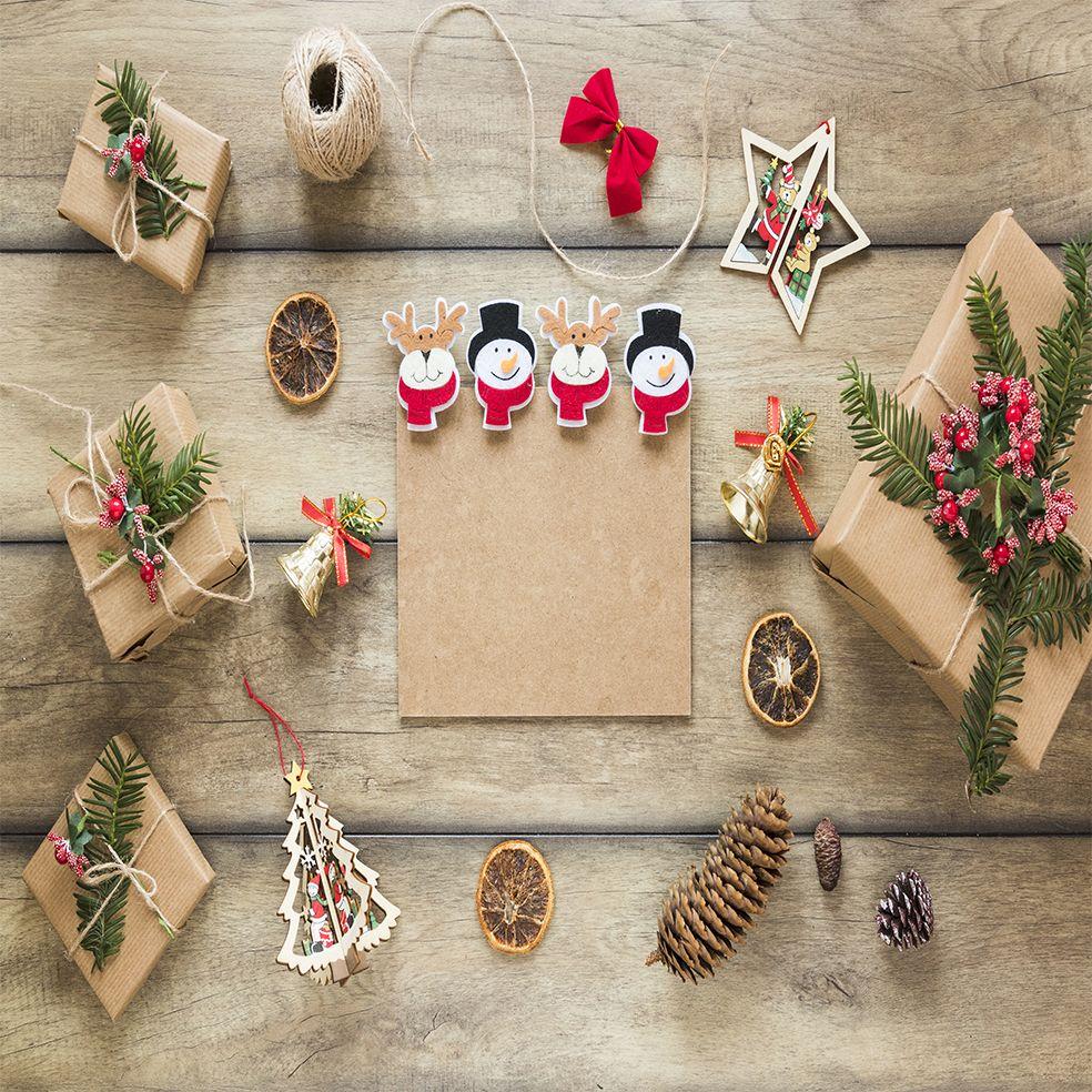 baskılı fon perde ahşap masa noel yılbaşı hediye paketleri hazırlama
