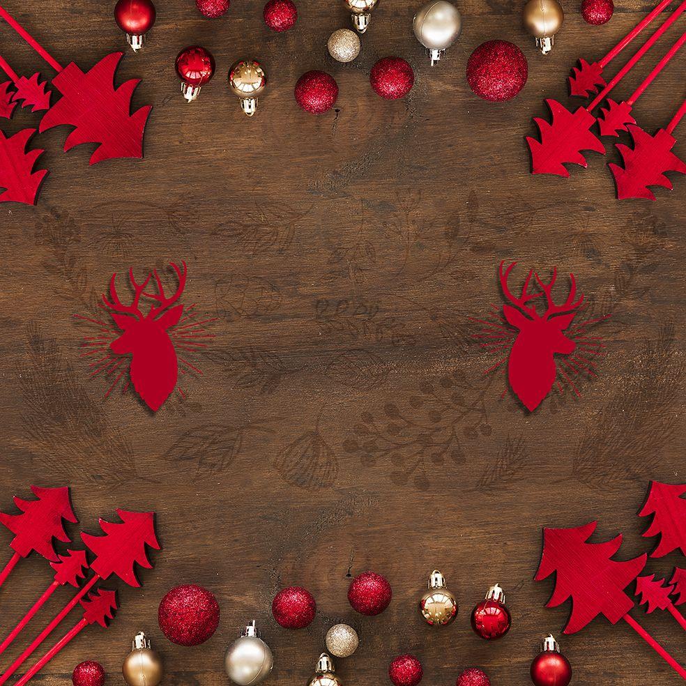 baskılı fon perde ahşap üzerine kırmızı noel yılbaşı süsleri ile geyikli