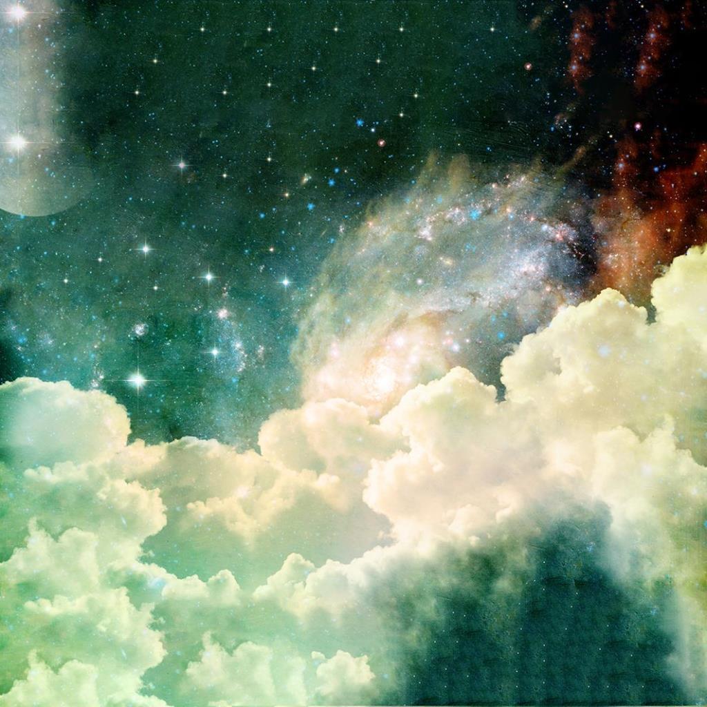 baskılı fon perde bulutlar, yıldızlar ve uzak galaksilerle ay desenli