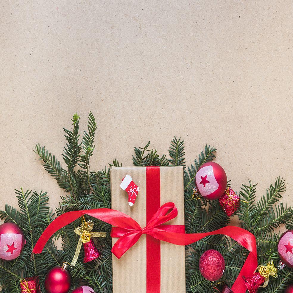 baskılı fon perde çam dalları kırmızı noel süsleri ile hediye paketli