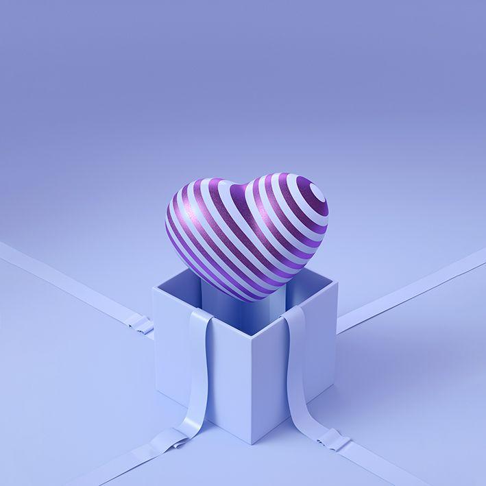 baskılı fon perde hediye paketinden çıkan çizgili mor renkli kalp desenli